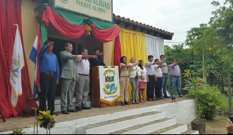 Concejales Municipales haciendo juramento en el día de la asunción al cargo